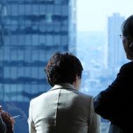 窓の外を見る公益委員_20200207中医協総会(答申日)